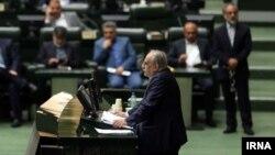 مسعود کرباسیان وزیر اقتصاد و ارایی دولت روحانی با رای مجلس استیضاح و برکنار شد.