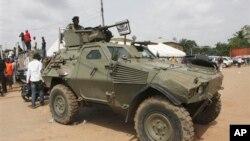 Un soldat se tient sur une auto-blindée de l'armée nigria à Nnewi, Nigeria. 2 mars 2012.