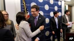 El fiscal general de Washington, Bob Ferguson (centro) agradece a sus asistentes después del fallo de la Corte de Apelaciones del Noveno Circuito de California que dio razón a su demanda contra una orden de la administración Trump que restringe la entrada al país de ciudadanos de siete países, y refugiados.