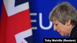 İngiltere Başbakanı Theresa May basın toplantısından ayrılırken