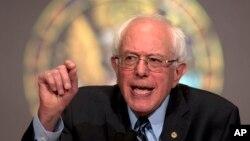 """美国民主党总统参选人伯尼·桑德斯在华盛顿的乔治城大学就""""民主社会主义""""的含义和其它话题发表讲话。(2015年11月19日)"""