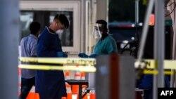 Zdravstveni radnici u objektu za testiranje na koronavirus u Majamiju, na Floridi, 24. jun 2020. (Foto: CHANDAN KHANNA / AFP)