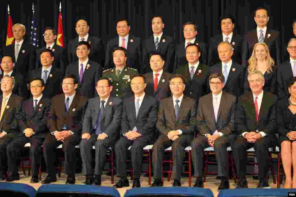 参加美中战略与经济对话的中国代表团(美国之音林枫拍摄)