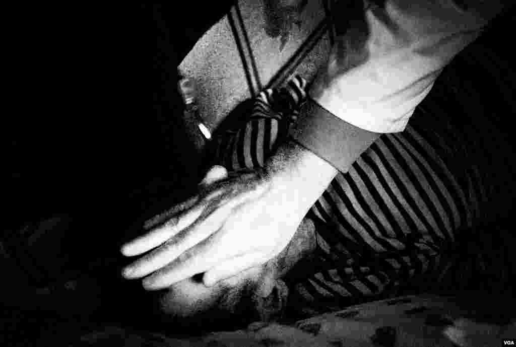 В больнице в Донецке врач проверяет признаки жизни у 46-летнего Андрея, носителя ВИЧ и больного туберкулезом. Андрей умер
