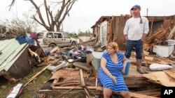 Bà Raella Faulkner và ông Bobby McElroy bên cạnh đống đổ nát những gì còn lại của căn nhà của họ sau cơn lốc xoáy ở thị trấn Vilonia, Arkansas.