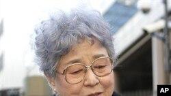 수십년 전 북한에 납치된 딸 메구미의 사진을 들고 있는 어머니 사키에 요코타