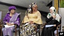 """利比里亚总统埃伦.约翰逊-瑟利夫(左)、利比里亚""""和平运动""""领导人莱伊曼.古博韦(中)和也门妇女权益活动家塔瓦库勒.卡曼(右)在奥斯陆装市政大厅接受诺贝尔和平奖。"""