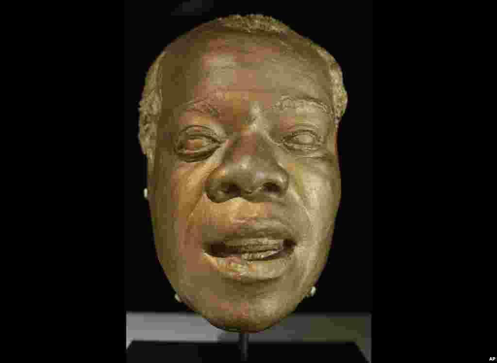 Una máscara de Louis Armstrong se exhibe en su Casa Museo el cual se instaló en la modesta casa de acabado de ladrillos donde vivió por 28 años.