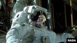 Phi hành gia NASA Mike Hopkins thực hiện một cuộc đi bộ trong không gian để sửa hệ thống làm nguội bên ngoài Trạm Không gian Quốc tế, 22/12/13