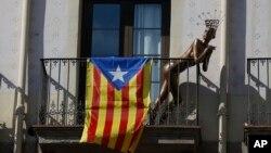 Lutka pored zastave nezavisne Katalonije, Barselona, Španija 23. oktobar 2017.