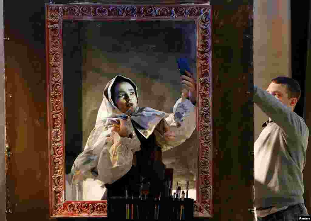 "Seorang artis Rusia Maria Gasanova memakai 'make-up' saat menyelesaikan drama ""The Siberian Beauty"" dari karyanya drama serial ""Lukisan Hidup"" di Krasnoyarsk, Siberia-Rusia."