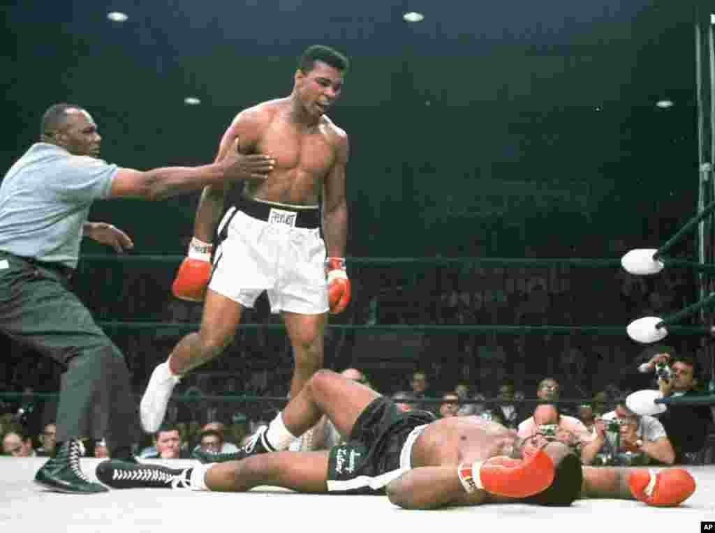 Muhammad Ali yana kalubalantar Sonny Liston da ya tashi su ci gaba da bugawa, a bayan da shi Liston a lokacin ya ki yarda ya kira Ali da sabon sunansa, yana kiransa da tsohon sunansa Cassius Clay.