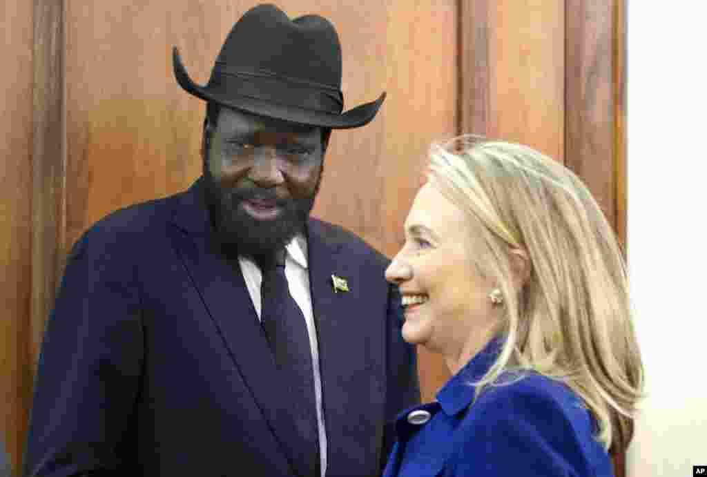 Ngoại trưởng Clinton hội kiến Tổng thống Nam Sudan Salva Kiir tại Tòa nhà Văn phòng Tổng thống ở thủ đô Juba, 3 tháng 8, 2012.