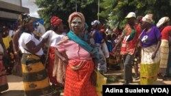 Mulheres celebram o dia da Mulher Moçambicana pintadas de mussiro e vestidas de capulana. Nampula. 7 de Abril
