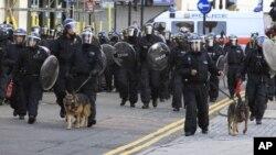 倫敦防暴警察集合﹐鎮壓北部的騷亂
