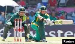Pakistan's wicket keeper Kamran Akmal (L) watches South Africa's Colin Ingram as he plays a shot during an international cricket match in Bloemfontein, 2013. (REUTERS/Siphiwe Sibeko)