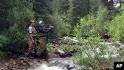 Di Amerika, selain perlu memiliki izin untuk memancing, orang juga harus tahu peraturan yang diberlakukan di tempat memancing oleh negarabagian setempat (foto: Dok).