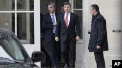 El embajador estadounidense en Francia, Charles H. Rivkin, derecha, abandona el edificio de Relaciones Exteriores luego de reunirse con el ministro en París.