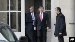 美國駐法國大使(中)離開法國外交部