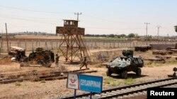 Tentara Turki berpatroli di daerah perbatasan dengan Suriah, di kota Ceylanpinar, provinsi Sanliurfa, Juli 2013. (Foto: Dok)