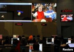 Các nhà khoa học và kỹ sư của Tổ chức Khảo cứu Không gian Ấn Độ theo dõi Thủ tướng Ấn Độ Narendra Modi trên màn hình sau khi phi thuyền của họ phóng vào quỹ đạo sao Hỏa thành công