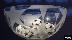 Los dos mejores clubes de cada grupo irán al sorteo para conocer sus siguientes rivales en los octavos de final.