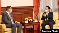 台灣外長吳釗燮(右)9月18日在台北賓館會晤到訪的美國國務次卿克拉奇。 (照片來源:台灣外交部)