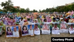 "Around 400 students and farmers from Kampot province protest at ""Freedom Park"" in Phnom Penh on Sunday, September 13, 2015, to call on Cambodian prime minister Hun Sen to intervene in land dispute in the southwestern province's Chhouk district. (Courtesy photo)"