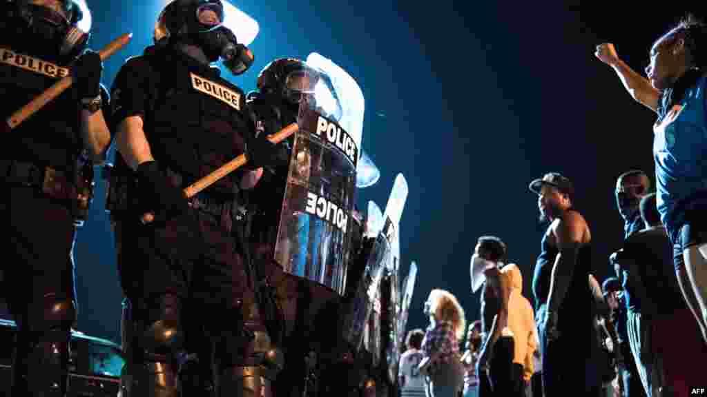 Les agents de la police et les manifestants sur la route I-85, lors d'une manifestation suite à la mort d'un homme abattu par un agent de police, le 21 septembre 2016 à Charlotte, en Caroline du Nord.