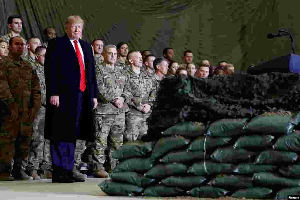 پرزیدنت ترامپ در حالی که مارک میلی او را همراهی میکرد، میان نیروهای نظامی در پایگاه بگرام رفت
