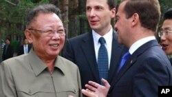 ຜູ້ນໍາເກົາຫລີເໜືອ ທ່ານ Kim Jong Il (ຊ້າຍ) ຟັງປະທານາທິບໍດີຣັດເຊຍ ທ່ານ Dmitry Medvedev ເວົ້າ ໃນລະຫວ່າງການພົບປະກັນ ຢູ່ຄ້າຍທະຫານແຫ່ງນຶ່ງ ນອກເມືອງ Ulan-Ude, ວັນພຸດມື້ນີ້ ທີ 24 ສິງຫາ 2011.(AP Photo/RIA Novosti, Dmitry Astakhov, Presidential Press Service)