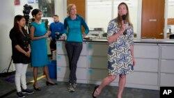 퓰리처상 공공부문을 수상한 AP 통신의 마기 메이슨 기자(오른쪽)가 18일 뉴욕 뉴스룸에서 수상 소감을 발표하고 있다. 에스더 투산(왼쪽), 로빈 맥도웰(가운데), 마타 멘도사 기자와 함께 이 상을 공동 수상했다.