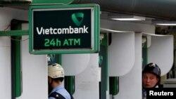 Người dân rút tiền từ máy ATM của Vietcombank ở Hà Nội