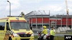 Xe cứu thương rời khỏi sân vận động bóng đá bị sập ở Enschede, Hà Lan, ngày 7/7/2011