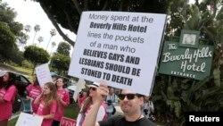 Beberapa orang melakukan protes di luar Beverly Hills Hotel yang dimiliki Sultan Brunei di Beverly Hills, California, AS 5 Mei 2014 (foto: dok).