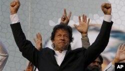 Imran Khan, tidak mengindahkan peringatan pemerintah mengenai demonstrasi ke Waziristan Selatan untuk memrotes serangan pesawat tak berawak Amerika (foto: Dok).