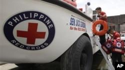 Anggota Tim Bantuan Darurat Palang Merah Filipina bersiap untuk mengerahkan bantuan bagi para korban bencana (Foto: dok). Federasi Palang Merah Internasional mengatakan pihaknya memerlukan dana bantuan darurat sebesar 950 ribu dolar untuk korban banjir di