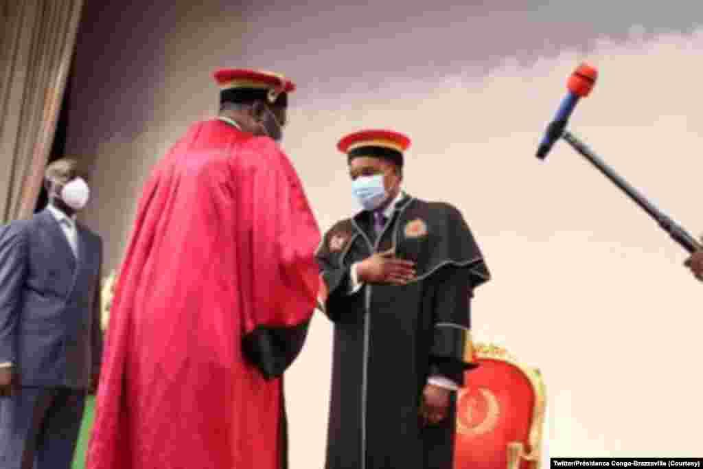 Président Denis Sassou na milulu ya bopesi ye palata ya Docteur Honoris Causa ya Université Marien Ngouabi, na Palais ya Congrès, Brazzaville, Congo-Brazzaville, 12 novembre 2020. (Twitter/Congo-Brazzaville Présidence)