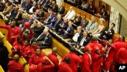 Julius Malema, centre, chef du parti politique des Libéraux de la Libération économique quitte le parlement avec ses partisans alors que le président Jacob Zuma tente de donner son discours sur l'état de la nation au Cap, en Afrique du Sud, 11 février 2016.