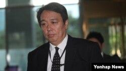 미즈시마 고이치 주한 일본대사관 총괄공사가 초치되어 8일 한국 외교부 청사로 들어가고 있다. 한국 외교부는 이날 일본 정부가 독도 영유권 주장을 담은 2017년판 방위백서를 발표한 데 대응해 강력히 항의했다.