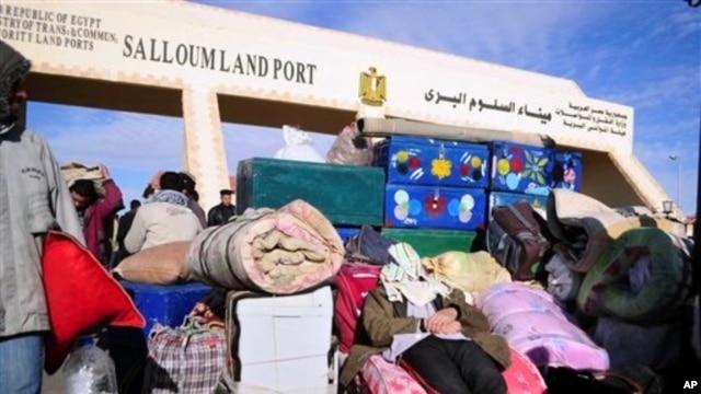 People crossing the Libya-Egypt border (file photo)