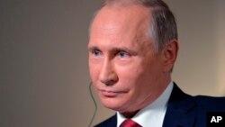 Владимир Путин во время интервью агентству Bloomberg