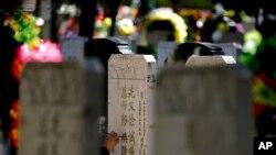 Người dân Bắc Kinh sửa sang phần mộ của người thân trong lễ Thanh Minh vào đầu tháng 4 hàng năm.