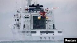 Вертолет береговой охраны Южной Кореи взлетает с корабля корейских морских пограничников (архивное фото)