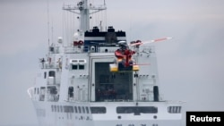 Sebuah helikopter mendarat di atas dek kapal penjaga pantai Korea Utara, dalam upaya pencarian korban kapal Sewol di leaps pantai Jindo, Korea Selatan 18 April 2014 (Foto: dok). Helikopter ini jatuh di Gwangju, dalam perjalanan kembali ke pangkalan dari misi penyelamatan tersebut, Kamis (17/7).