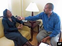 A embaixadora O' Neal durante a entrevista com Eugénio Teixeira
