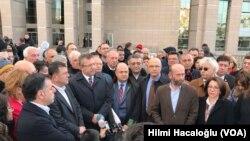 Cumhuriyet Halk Partisi İstanbul Milletvekili Enis Berberoğlu, 16 Kasım 2016'da düzenlenen duruşma sonrası gazetecilere konuşurken