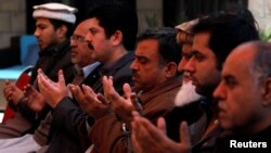 Familia, jamaa na marafiki wa Naeem Rashid aliyeuawa na mtoto wake Talha Naeem msikitini Christchurch, New Zealand, wakifanya maombi maalum katika makazi ya wahanga hao, katika mji wa Abbottabad, Pakistan, Macih 17, 2019.