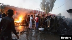 Lokasi peledakan bom mobil di jalanan yang penuh toko di Samarra, Irak (12/10).