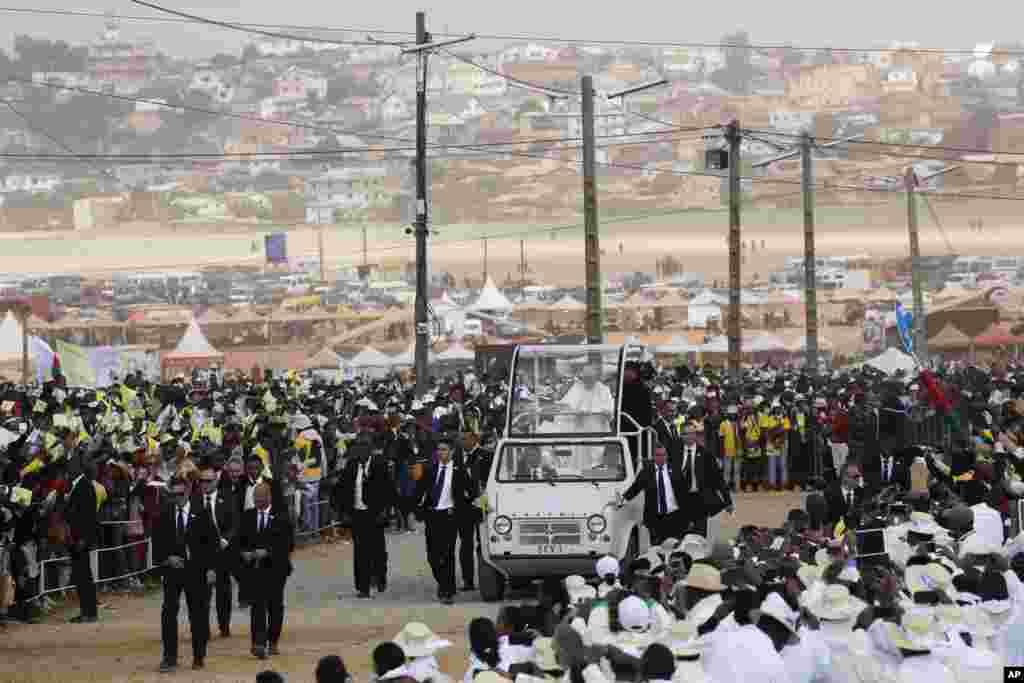 마다가스카르 수도 안타나나리보에서 프란치스코 교황이 미사를 집전하기 위해 차를 타고 미사 장소에 들어서고 있다.
